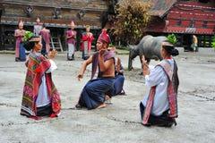 传统Batak舞蹈家在Toba湖 免版税库存图片