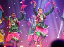 传统bhangra舞蹈,在巴林的神秘的印度展示 库存图片