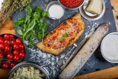 传统calzone意大利薄饼用西红柿酱、无盐干酪和蒜味咸腊肠 库存图片