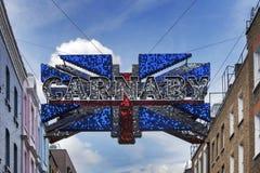 传统Carnaby街道路牌曲拱 街道为它的时尚商店是著名的 2016年3月01日在伦敦 免版税库存照片