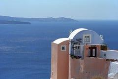 传统Cycladic建筑风格的议院,在圣托里尼海岛边缘火山破火山口  库存照片