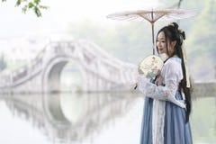 传统Hanfu dressï ¼ Œclassic秀丽的亚裔中国妇女在奇恩角 免版税图库摄影