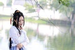 传统Hanfu dressï ¼ Œclassic秀丽的亚裔中国妇女在奇恩角 库存图片