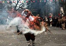 传统Kukeri服装的未认出的人被看见在化妆舞会比赛Kukerlandia的节日在扬博尔,保加利亚 库存图片