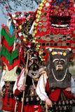 传统Kukeri服装的未认出的人被看见在化妆舞会比赛Kukerlandia的节日在扬博尔,保加利亚 免版税图库摄影