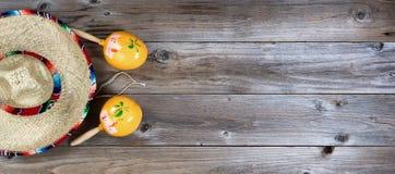 传统maracas和大阔边帽为Cinco de马约角假日 库存图片