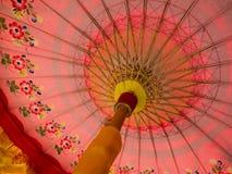 传统Minangkabau和巴厘岛桃红色伞 库存图片
