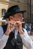 传统Provencal礼服的长笛演员 库存照片