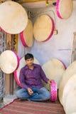 传统rajasthani框架鼓商店在Jaisalmer,印度 免版税库存图片