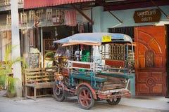 传统tuk-tuk摩托车在旅馆入口旁边在城镇可汗,泰国停放了 免版税库存照片