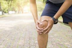 伤害作为锻炼和workou的体育人遭受的膝盖和腿 免版税库存照片