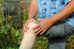 伤害膝盖公痛苦赛跑者连续体育运动 关节x线照片 前辈在痛苦中 图库摄影