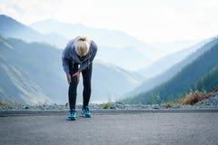 伤害-跑在妇女的体育膝伤 库存照片