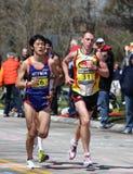伤心欲绝运行小山的赛跑者  图库摄影