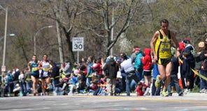 伤心欲绝运行小山的赛跑者  库存照片