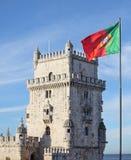 贝伦塔和葡萄牙旗子 免版税库存照片