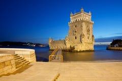 贝伦塔在晚上在里斯本 库存图片