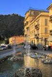 伦巴第-科莫-由Como湖的岸的城市全景日落的 免版税库存图片