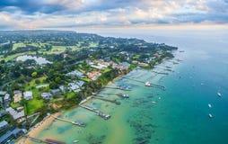索伦托与私有码头的郊区海岸线空中风景  免版税库存照片