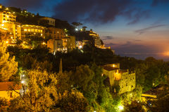 索伦托和地中海夜视图  库存图片