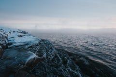 巴伦支海冬天海岸 免版税库存图片