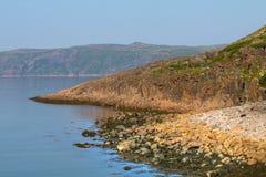 巴伦支海大圆的石头的海岸 库存图片