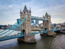 伦敦、在一多云moring的英国-偶象塔桥梁的鸟瞰图和伦敦塔 免版税库存图片