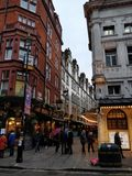 伦敦、湿街道和多云天 库存图片