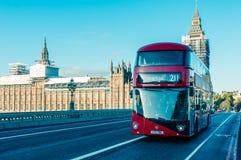 05/11/2017伦敦、英国、伦敦公共汽车和大本钟 免版税库存图片