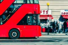 05/11/2017伦敦、英国、伦敦公共汽车和大本钟 免版税图库摄影