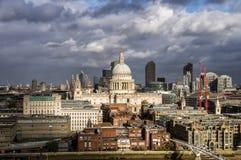 伦敦、英国、圣保罗大教堂和伦敦市 图库摄影