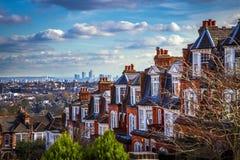 伦敦、英国-伦敦全景地平线视图和金丝雀码头摩天大楼  库存图片