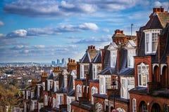 伦敦、英国-伦敦全景地平线视图和金丝雀码头摩天大楼  免版税库存图片