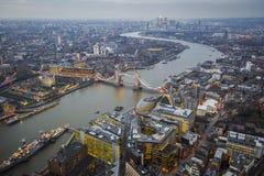 伦敦、英国-伦敦空中地平线视图有举世闻名的塔桥梁的,黄雀色Whar伦敦塔和摩天大楼  免版税库存图片