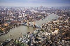 伦敦、英国-伦敦空中地平线视图有偶象塔桥梁的,金丝雀码头伦敦塔和摩天大楼  免版税图库摄影