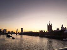 伦敦、英国-议会议院的看法,大本钟和威斯敏斯特宫日落的 图库摄影