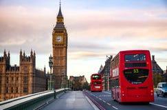 伦敦与双层公共汽车的交通场面沿Wes移动 免版税库存照片