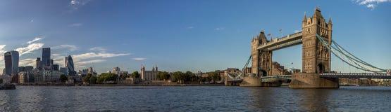 伦敦与塔桥梁的市地平线 图库摄影