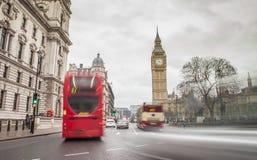 伦敦与大本钟和汽车通行的市视图 免版税库存图片