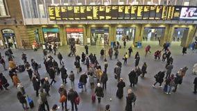伦敦与旅行到工作的通勤者的Cross国王驻地 股票视频