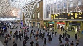 伦敦与旅行到工作的通勤者的Cross国王驻地 股票录像