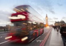 伦敦与红色公共汽车和大本钟的市场面在背景中 免版税库存图片