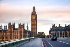 伦敦与计程车的交通场面沿威斯敏斯特增殖比移动 免版税图库摄影