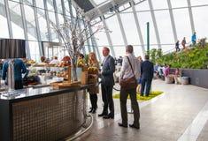 伦敦人在天空庭院携带无线电话大厦的餐馆 观察平台是最高的英国 库存照片