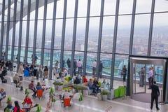 伦敦人在天空庭院携带无线电话大厦的餐馆 观察平台是最高的英国 图库摄影
