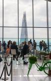 伦敦人在天空庭院携带无线电话大厦的餐馆 观察平台是最高的英国 免版税库存图片