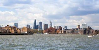 伦敦企业从泰晤士河的唱腔视图 免版税库存图片