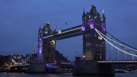 伦敦伦敦塔桥Timelapse,汽车通行船小船泰晤士河时间间隔 股票录像