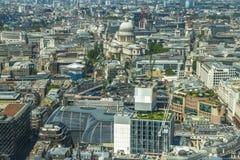伦敦全景从天空庭院的携带无线电话的 库存照片