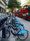 伦敦公共交通工具: 自行车聘用和公共汽车 免版税库存照片